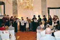 Při poslední skladbě se představili všichni účastníci kurzů, a tím se symbolicky rozloučili s publikem.  O den dříve, než se konal závěrečný koncert, zahráli  stejný kus i na zámku v Potštejně.