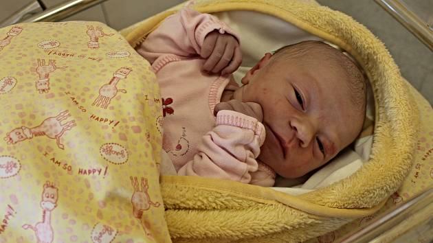 STELLA FRYČOVÁ se narodila 3. října ve 13.28 hodin. Vážila 3,3 kilogramu a měřila 49 centimetrů. Rodina Lucie a Ondřeje bydlí v Kunčině. Stellinka bude vyrůstat s tříletou sestřičkou Sárou.