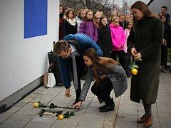 Odhalení pamětní desky v místě vyhořelé synagogy.