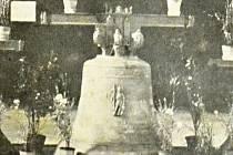 Historický snímek největšího litomyšlského zvonu svatý Václav. Vážil 773 kilogramu.