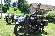 Přehlídku motorek a uniforem z druhé světové války uspořádali nadšenci v Koldíně u Chocně.