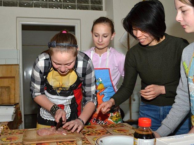 Týmová spolupráce a zkušený dozor paní Huang napomohly malým kuchařům k jídlu, které si pochvalovali.