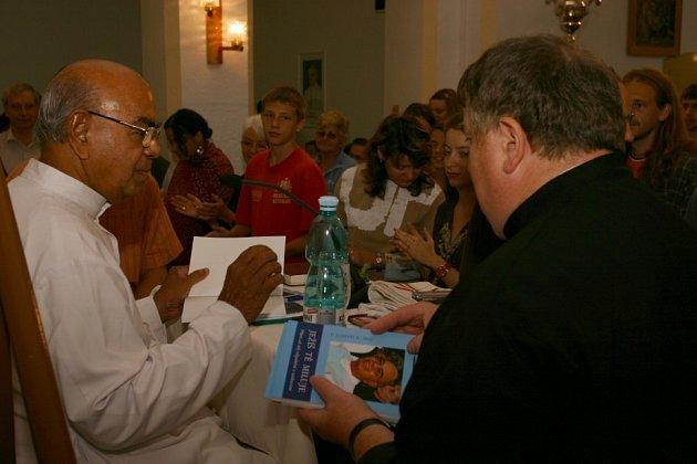 Indický kněz podepisuje svou knihu účastníkům duchovního rozjímání před jednou z ranních mší.