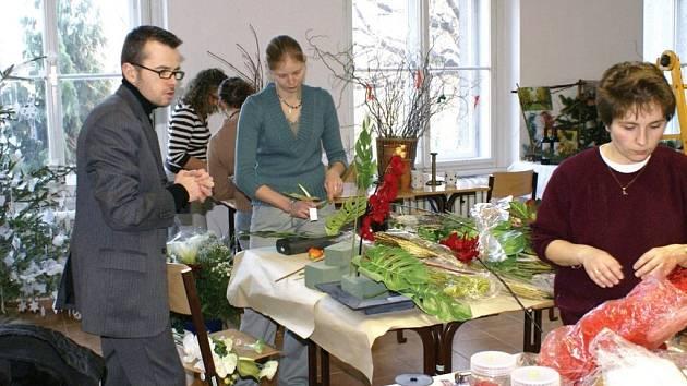 DELEGACE Z FRANCIE SE PODÍLÍ NA PŘÍPRAVĚ EXPOZIC v litomyšlské zahradnické škole. Letos vytvářejí vánoční aranžmá zcela volně, bez svazujícího zadání.