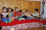 Převlečení deváťáci potěšili děti v kojeneckém ústavu.