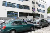 Před nemocnicí je každý den záplava automobilů. Každý chce zaparkovat co nejblíže špitálu. Sanity pak mají ztížený průjezd a proplétají se mezi osobními vozy.