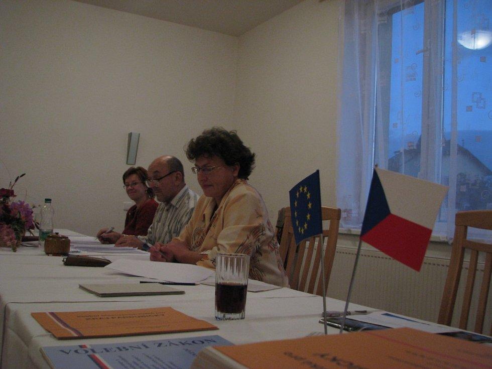 Volby v Linharticích. V kulturním domě, kde byla volební místnost, jsme zastihli v pátek večer Dalibora Sopouška  s Annou Eliášovou a Marií Šnobelovou. Zbývající členové byli zrovna na večeři.
