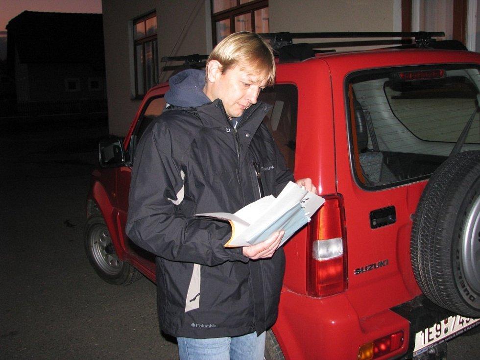 Občanské demokraty volil Pavel Kolář. Ještě před volební místnosti procházel všechny kandidátky.