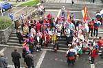 TAK SE SLAVÍ BRONZ! Lidé z Dolního Újezdu  vyrazili na slavnostní vyhlášení výsledků do Luhačovic, kde vytvořili atmosféru hodnou významného sportovního utkání.  Na Moravě a výpravu z Újezdu asi jen tak  nezapomenou.