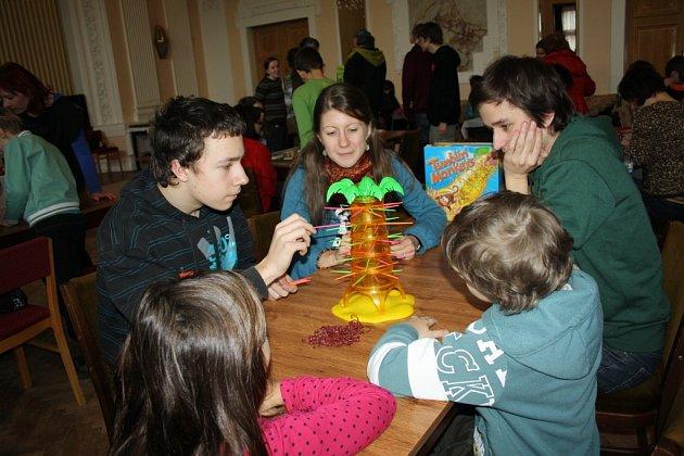 Festival deskových her přilákal děti všeho věku. S pravidly i samotnou hrou jim pomáhali děti i dospělí z jednotlivých organizací, které se na festivalu podílely.