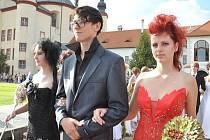 Extravagantní svatba. Nevěsta  nemusí  mít  jen  bílé šaty.  O tom se přesvědčili návštěvníci čtvrteční Květinové show v Litomyšli. Svatba může být klidně i v černé nebo červené.