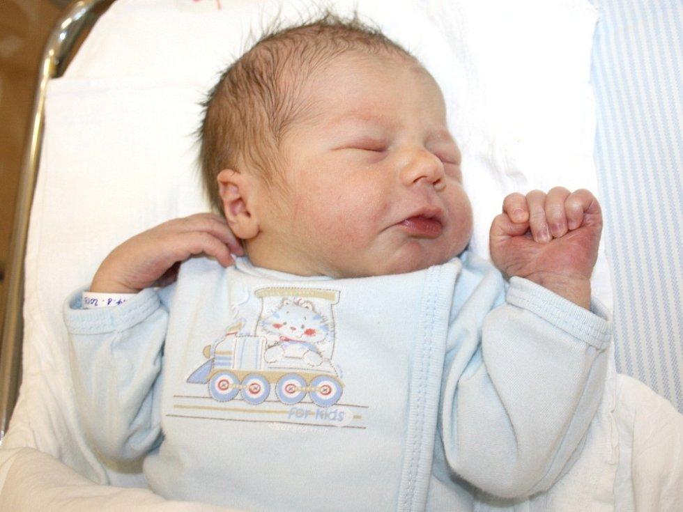 SAMUEL STAŠA. Hoch přišel na svět 14. srpna ve 12.56 hodin. Vážil 3,25 kilogramu a měřil 51 centimetrů. S rodiči Martinou  a Jiřím a tříletým bráškou Matyášem bydlí v Opatovci.