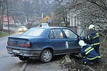 Opilý mladík skončil s autem v zahradě.