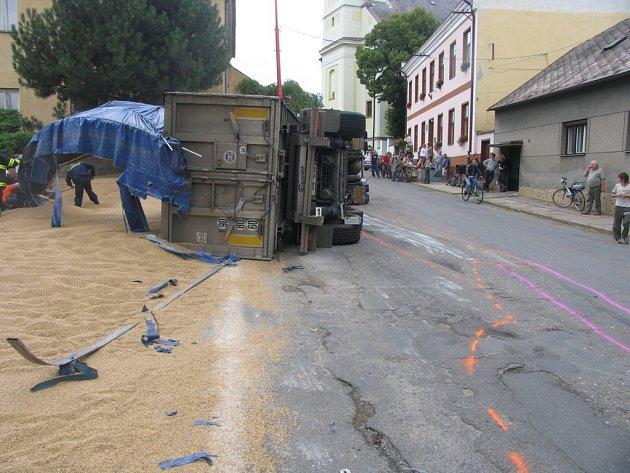 Nehoda v Městečku Trnávka, kamion s tunami obilí se převrátil na bok