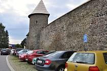 Parkování u hradeb zdarma bude v Poličce za pár dní minulostí.