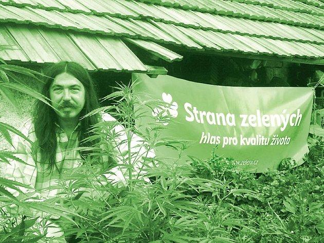 Předmět doličný. Těchto plakátů s konopím nechal Stanislav Penc (v pozadí) vylepit po celé republice pět tisíc. Straně zelených kampaň jejich královéhradeckého lídra prý nevadí.