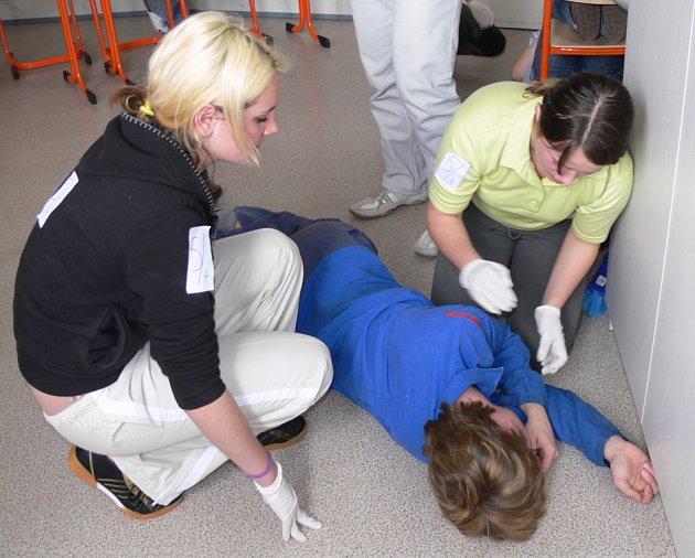 Žákyně střední zdravotnické školy ve Svitavách poskytují první pomoc zraněnému.