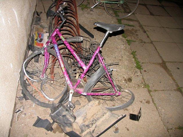 Opilý řidič zdemoloval stojan na kola.