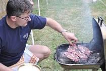 Pochoutky z grilu.  Soutěžní týmy předvedly, jak připravují čtyři druhy masa. A na čas!