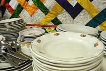 MEZI TALÍŘI, které přinášeli  lidé po několik týdnů, jsou i skvosty, které pamatují dobu bez plastového nádobí.