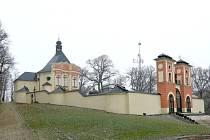 POHLED na poutní místo Kalvárie nad obcí Jaroměřice.