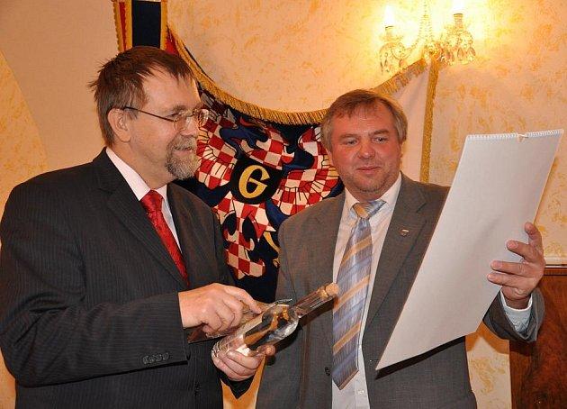 Podpis smlouvy na dvacet pět milionů korun na rekonstrukci náměstí v Jevíčku.