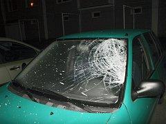 Opilý muž házel věci z okna na zaparkované automobily