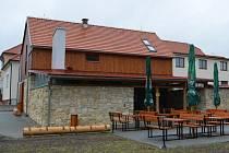 Ze staré stodoly vybudovali v Jedlové pěknou turistickou ubytovnu. Pro letní dny zde nechybí zahrádka, ani zastřešené posezení s krbem.