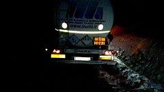 Zasněžené silnice, zapadly autobus i kamiony.