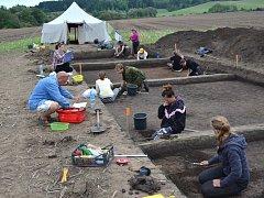 Naleziště na Jevíčsku je bohaté na artefakty. Studenti odkrývají jednotlivé vrstvy zeminy a odhalují germánské hroby.
