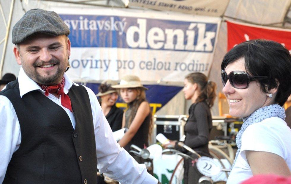 BISKUPICKÉ KALÉŠEK se stal tradicí na  Malé Hané. Na festival slivovice přijíždějí lidé z celé republiky, táhne je sem dobré pití, ale také zábava a závod historických bicyklů.  Letos je program obohacený o slavnostní mši a žehnání obecních znaků.