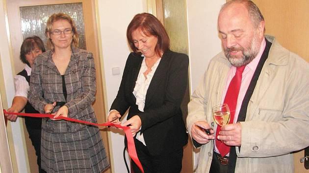 Stuhu při otevírání resocializačního centra přestřihli krajská radní Markéta Tauberová, ředitelka kojeneckého ústavu Zora Hammerová a František Schneiberg ze společnosti sociální pediatrie.