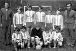 ŽÁKY V ROCE  1974  trénovali  bratři Vlastimil a František Pešinovi. Vlastimil  Pešina, pozdější ředitel újezdské školy, byl navíc vyhlášen nejúspěšnějším střelcem sezony 1967.