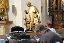 Socha významného italského kněze Dona Bosca, který svou službu věnoval péči o děti a mladé lidi, přijela včera před šestnáctou hodinou do Litomyšle do kostela Povýšení svatého Kříže.