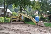 Retenční nádrž u Boršova je stále vypuštěná. Pracovníci Povodí Moravy z ní odbagrovali tisíce tun naplavené zeminy.
