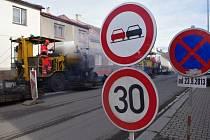 CESTÁŘI FINIŠUJÍ. Na příjezdu do Poličky ve směru od Svitav cestáři dokončují rekonstrukci silnice I/34. V pondělí začali pokládat nový asfaltový koberec, a proto dopravu na frekventované komunikaci řídí kyvadlově.