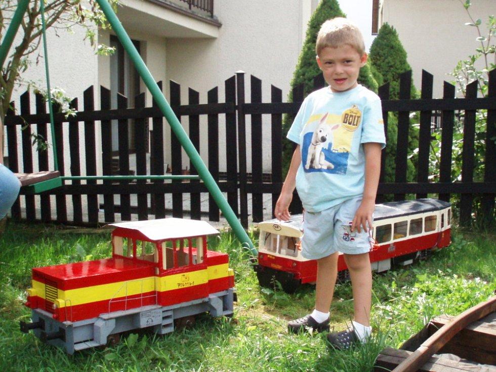 Na jedné z poličských zahrádek nerostou kedlubny a nekvetou růže, ale jezdí po ní docela malý vlak. Miloš Špecinger postavil miniatury skutečných vlakových vozů, které brázdí české železnice. Jsou jen o něco menší.