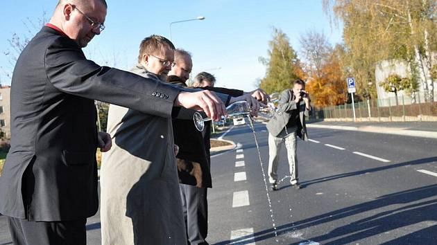 """ŠAMPAŇSKÝM   se  """"křtila""""  ve středu  opravená silnice z Litomyšle  směrem  na Poličku."""