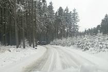 Mezi Radiměří a Pomezím vypadala silnice jako uprostřed ledna. Řidiči dodávek nasazovali na kola i řetězy.