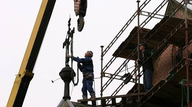 Výškoví pracovníci sejmuli báň s křížem z kostela svatého Josefa ve Svitavách.