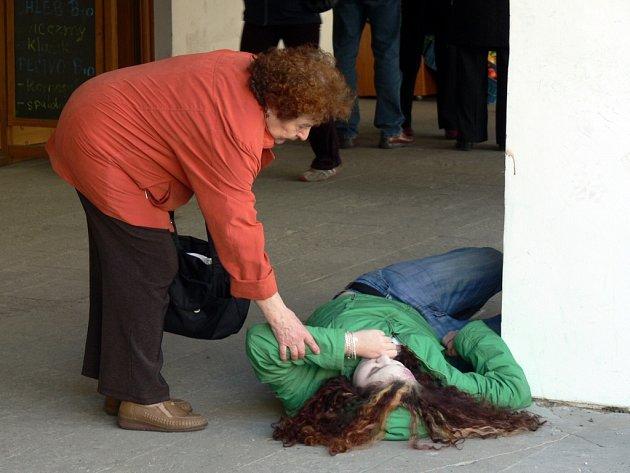 """PRVNÍ POMOC. Většina kolemjdoucích  by  """"zraněné"""" dívce pomohla."""