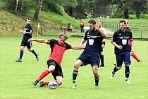 Fotbalisté Janova (v modrém) si zahráli zápas v oficiální, byť nemistrovské soutěži OFS Svitavy, po více než osmi měsících. Návrat na hřiště oslavili výhrou nad Hradcem nad Svitavou.