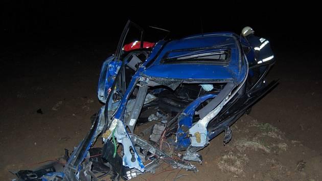 U obce Lezník havaroval v noci na neděli osobní automobil Audi A6, po nárazu do stromu byl odmrštěn do pole