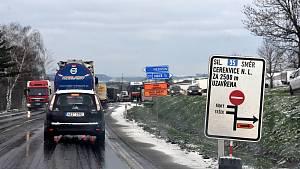 Zácpy a dopravní komplikace kvůli uzavírkám v Sedlišti a Hrušové na I/35 mezi Litomyšlí a Vysokým Mýtem