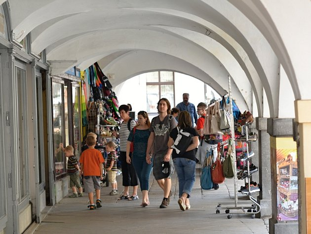 Zlepšení průchodnosti podloubí a vzhledu náměstí si slibují občané Litomyšle od nového tržního řádu.