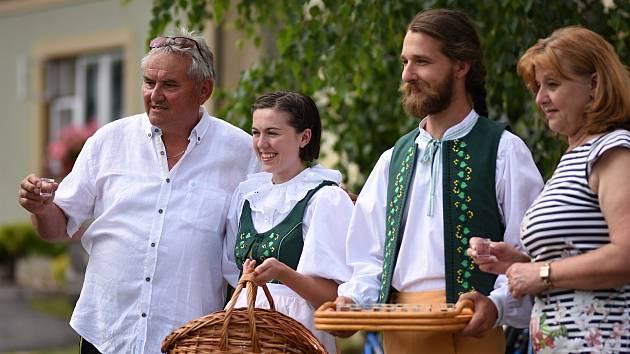 Při bohoslužbě v Příluce byly požehnány nové kroje. Obec má kroje po 70 letech.