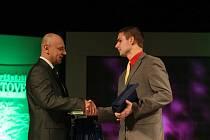 Jedním z gratulantů Lukáši Kolouchovi byl Roman Šimon, jehož agentura ČOK CZ je jedním z pořadatelů ankety.