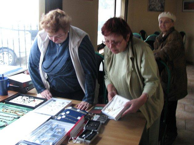 Spojil je osud. Evu Jílkovou  z Poličky (vpravo)  a Alenu Fialovou ze Sádku naplňuje práce s lidmi. V důchodu nesložily ruce do klína a věnují se léčivým kamenům.