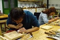 Na kurzu se naučili vyřezávat misku či lžíci