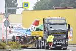 Včera krátce před osmou hodinou ráno projel Litomyšlí  nadměrný náklad, který směřoval do Ostravy.  Tahač převážel vyřazený stíhací letoun MiG-21.   Kruhovým  objezdem  u Daliboru  projel bez problémů.